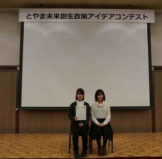 受賞後の記念写真.png
